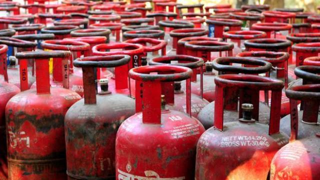 Photo of LPG Price Hike: फिर बढ़े रसोई गैस के दाम- गैस सिलिंडर की कीमतों में 25 रुपये का इजाफा